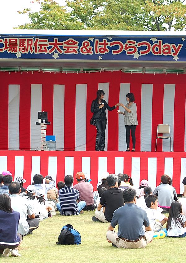 多くの観客に集まってもらった浅倉ちほのマジックショー